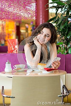 Mujer joven en sala de helado