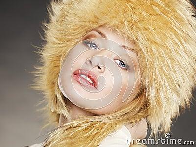 Mujer joven en sombrero de piel