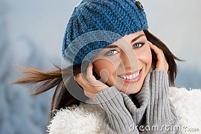 Mujer joven encantadora feliz