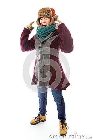 Mujer joven frustrada en ropa caliente