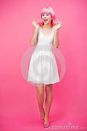 Mujer joven hermosa sobre fondo rosado