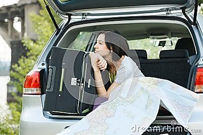 Mujer joven lista para el viaje por carretera