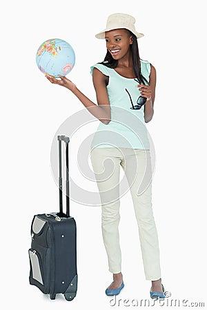 Mujer joven lista para viajar el mundo