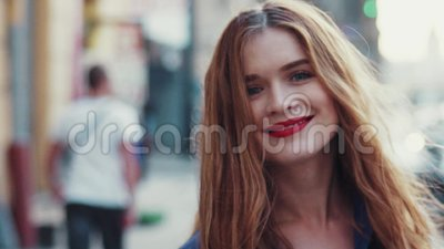 Mujer joven magnífica con los ojos azules hermosos y el pelo largo de oro, con un lápiz labial rojo brillante La señora joven atr metrajes