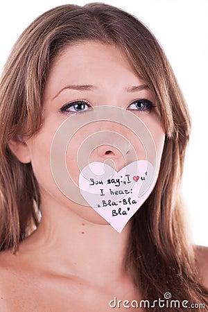 Mujer joven melancólica con la etiqueta engomada de papel del corazón