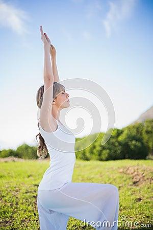 Mujer joven pacífica que estira afuera