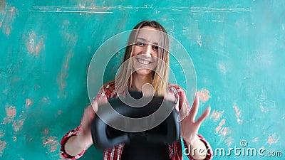 Mujer joven que da las auriculares de la realidad virtual metrajes