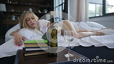 Mujer joven que despierta con resaca y dolor de cabeza metrajes