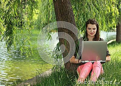 Mujer joven que estudia afuera