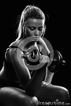 Mujer joven que hace entrenamiento