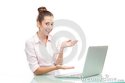 Mujer joven que presenta la computadora portátil