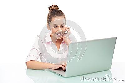 Mujer joven que se sienta con una computadora portátil