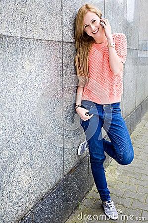 Mujer joven que usa el teléfono móvil