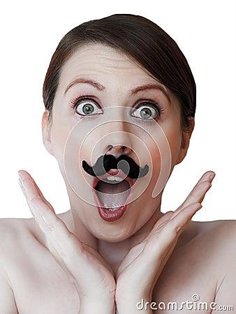 Mujer joven sorprendente con el bigote; aislado