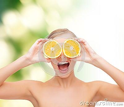 Mujer joven sorprendente con las rebanadas anaranjadas