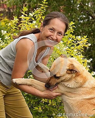 Mujer madura follando fogosamente con su perro