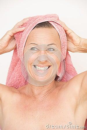 Mujer mayor desnuda y libre