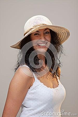 Mujer madura en un sombrero de paja