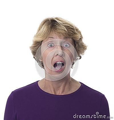 Mujer mayor con la expresión dada una sacudida eléctrica