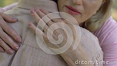 Mujer mayor condolencing al hombre sobre la enfermedad o la pérdida, ayuda, cuidado, primer almacen de metraje de vídeo