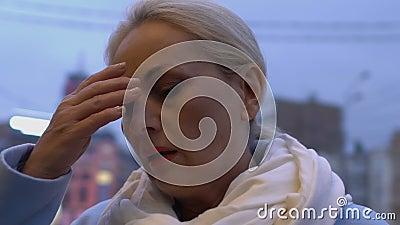 Mujer mayor preocupada que se quita los anteojos, malestar menopáusico, cansancio laboral almacen de video