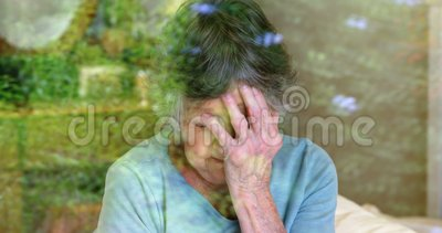 Mujer mayor preocupante que mira a través de la ventana 4k metrajes