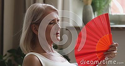 Mujer mayor sobrecalentada sintiendo hincha de onda caliente en casa metrajes