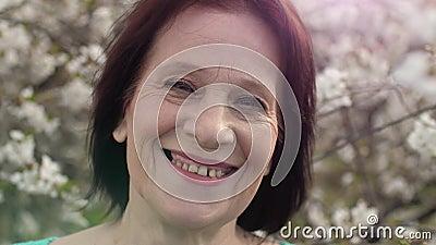 Mujer mayor sonriendo en la naturaleza almacen de video