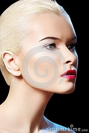 Mujer modelo sensual con maquillaje de los labios de la baya de la manera