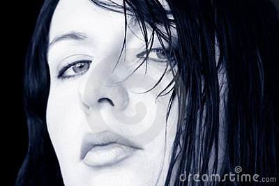 Mujer mojada del pelo