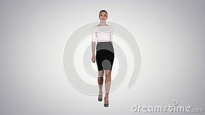 Mujer mostrando y presentando espacio de copia en vestimenta de negocios con fondo degradado almacen de metraje de vídeo