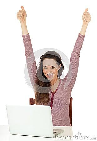 Mujer muy hapyy que usa una computadora portátil