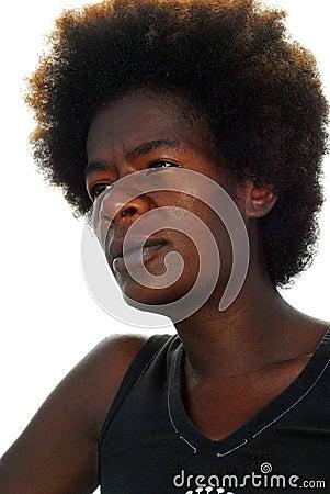 Mujer negra con el pelo afro