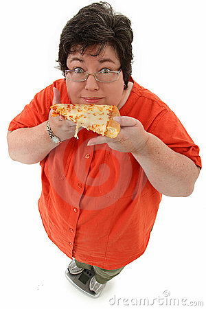 Mujer obesa feliz en escala con la pizza