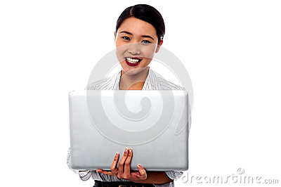 Mujer profesional femenina feliz con el ordenador portátil