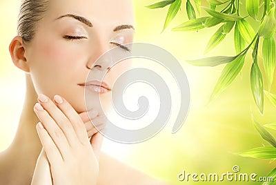 Mujer que aplica los cosméticos orgánicos a su piel