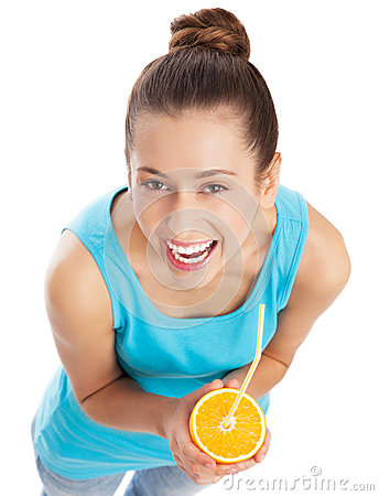 Mujer que bebe el zumo de naranja