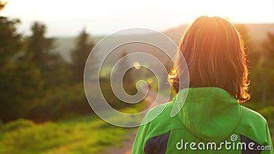 Mujer que camina en la trayectoria en el parque nacional almacen de video