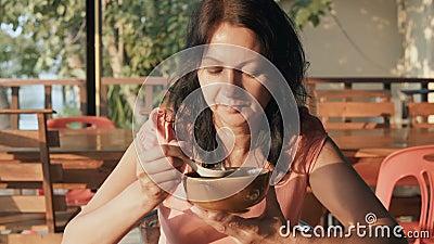 Mujer que come la sopa metrajes