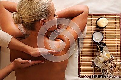 Mujer que consigue masaje de la reconstrucción