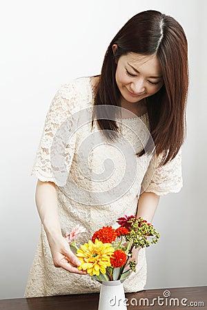 Mujer que cultiva un huerto