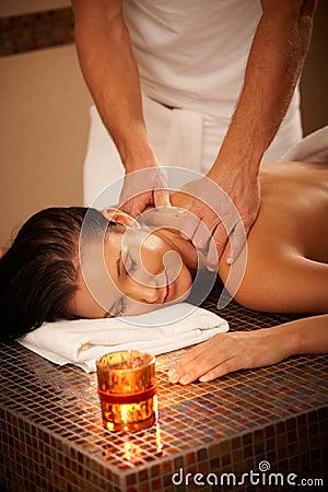 Mujer que disfruta de masaje