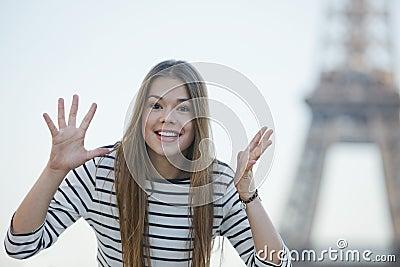 Mujer que gesticula y que sonríe