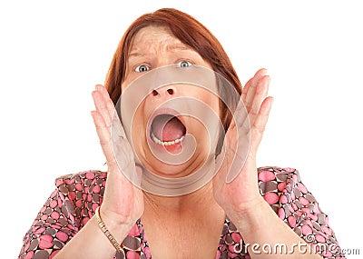 Mujer que grita para la ayuda