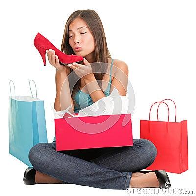 Mujer que hace compras de los zapatos