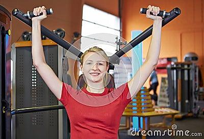 Mujer que hace ejercicios posteriores encendido