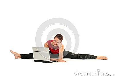 Mujer que hace fractura con la computadora portátil