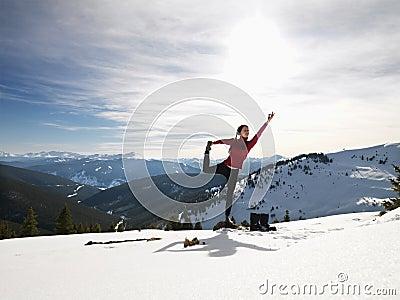 Mujer que hace yoga en naturaleza.