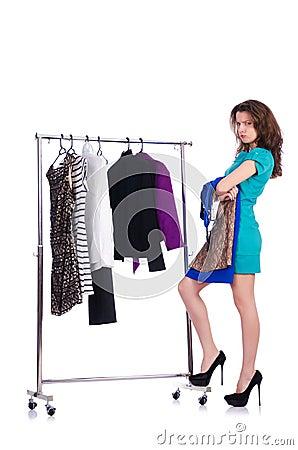 Mujer que intenta la nueva ropa