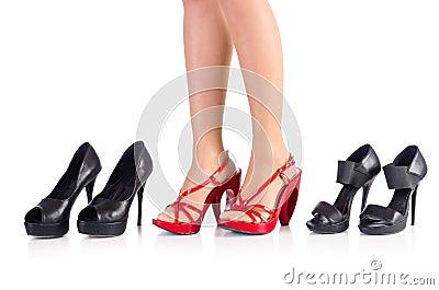 Mujer que intenta los nuevos zapatos